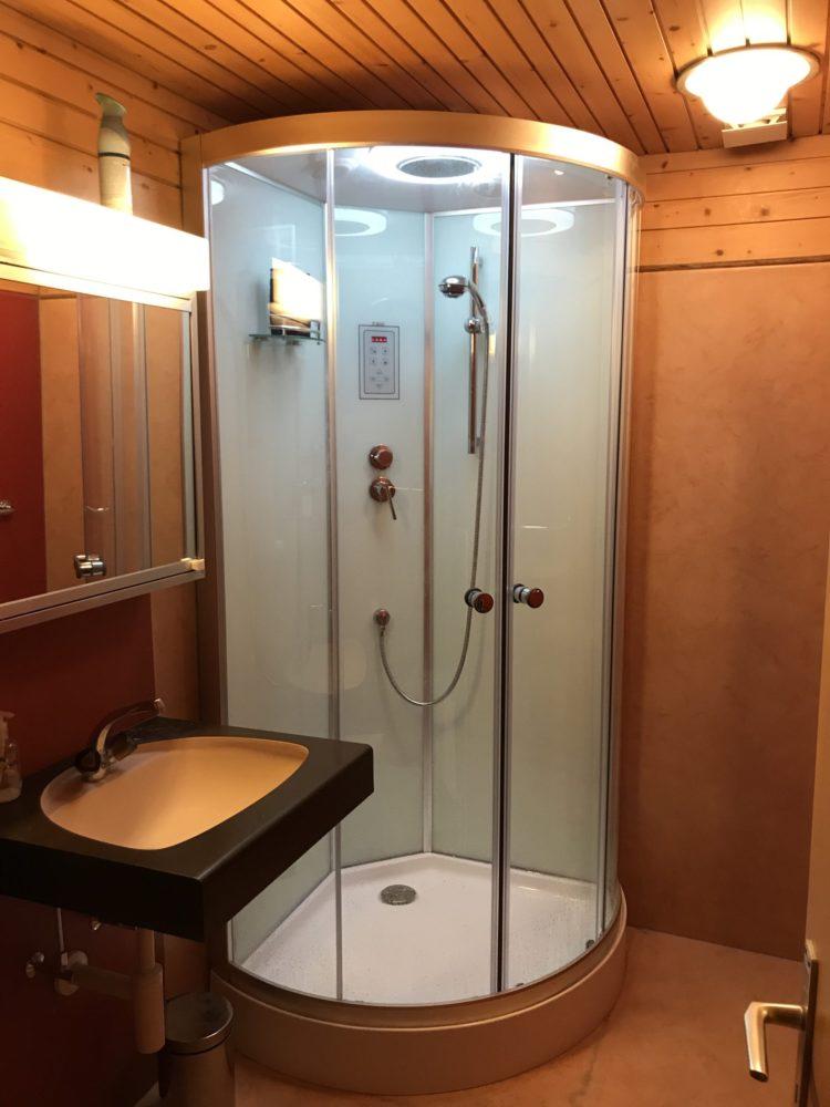 Helle geschlossene Duschkabine mit Extras…